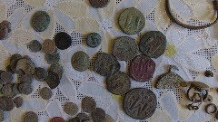 Иззеха голямо количество археологични предмети и старинни монети