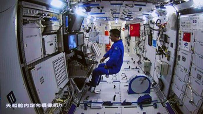 Двама тайконавти направиха първата си разходка в открития Космос