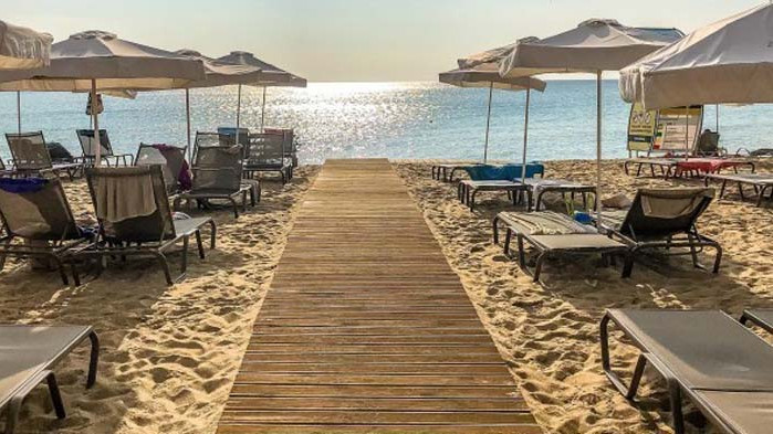 Затвориха плаж и три бара до Атина заради неспазване на мерките