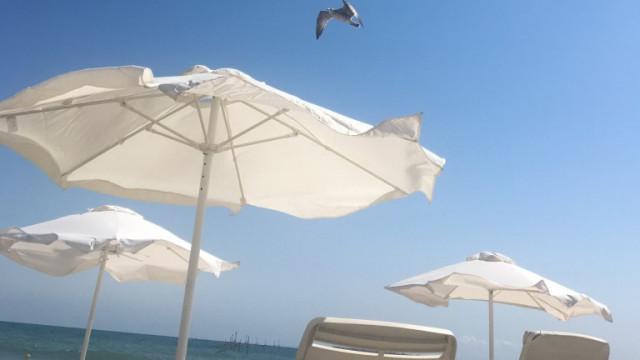 Проверяват южните плажове заради сигнали за високи цени и липса на свободна зона