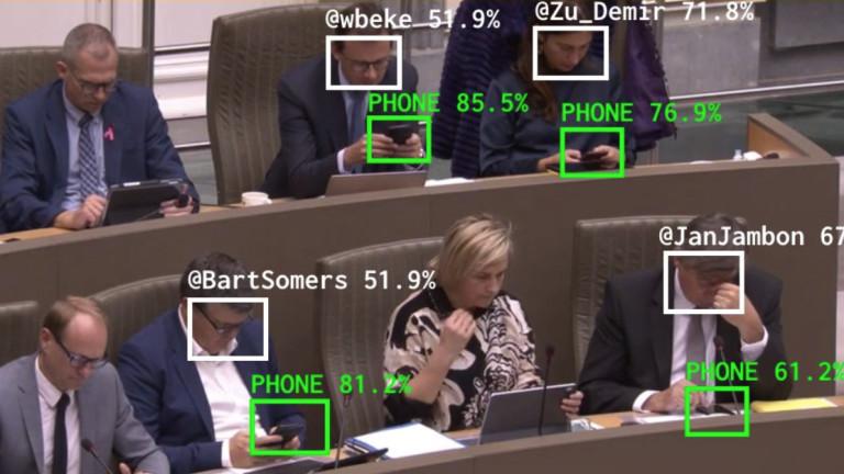 Изкуствен интелект следи кои белгийски политици си гледат в телефоните