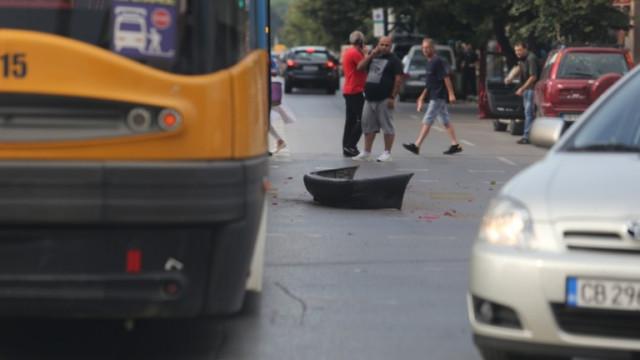 Трамвай удари кола след непозволен обратен завой в София