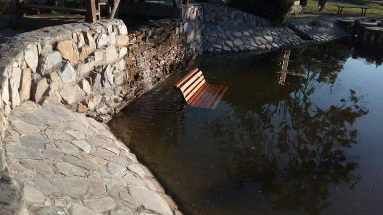 Вандали хвърлиха пейка в езерото на старозагорския парк