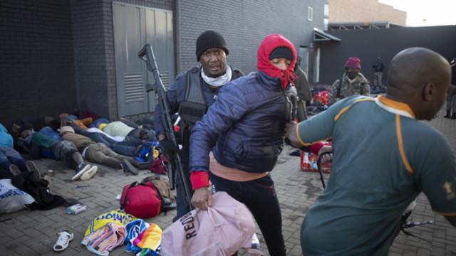 Българи в Южна Африка: Застрашени сме, мародери палят и грабят