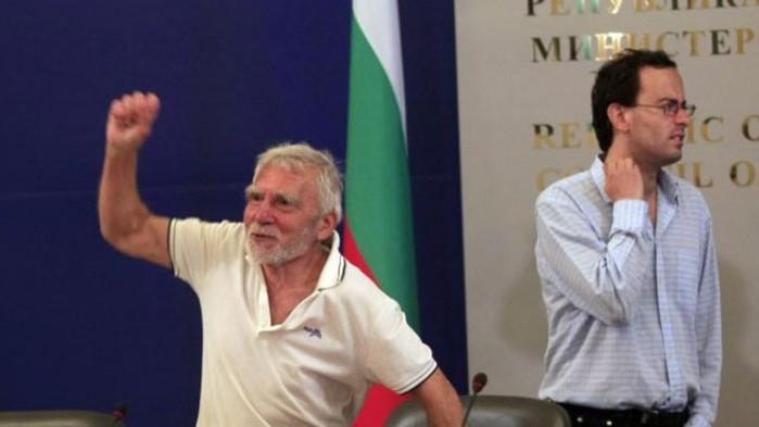 Не може министър-председател без снимка от протеста? Ето го премиерът на Христо Иванов!