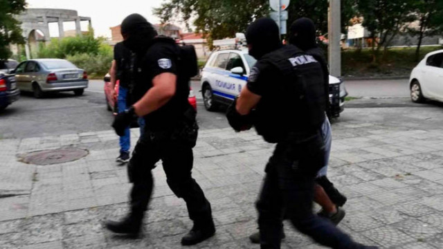 Спецакция в Бургас: Десетки арестувани в циганската махала, а в къщите им открити...