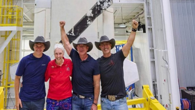 Кои са хората, които ще полетят към космоса с Джеф Безос