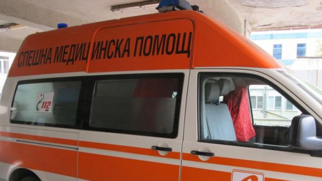 Шофьор се заби в стълб, дете е с опасност за живота