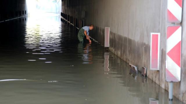 Силни бури нанесоха щети в Западна България