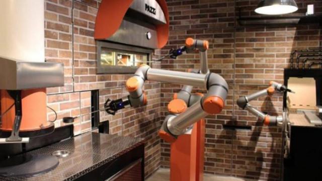 Париж, пицарията Pazzi и персоналът, който е изцяло от роботи
