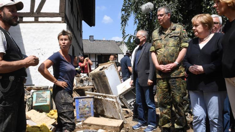 Меркел е в зоната на наводнения, изправена пред трудни въпроси за готовността