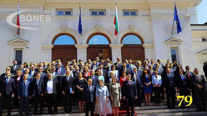 Колко депутати не се явиха за груповата снимка? Повечето...