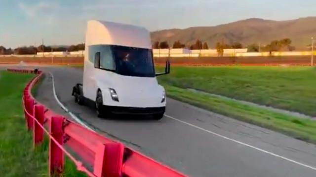 С години закъснение: Tesla може би започва производството на камион