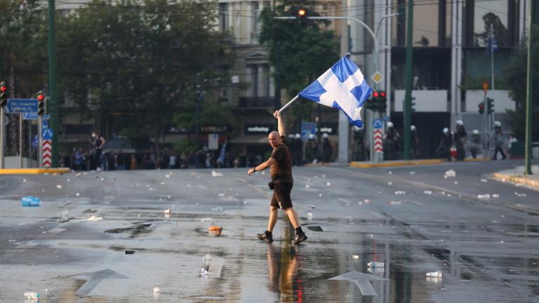 Сълзотворен газ и водни оръдия срещу антиваксъри в Атина