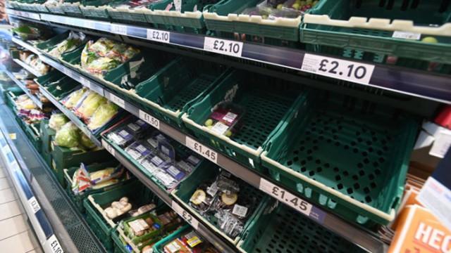 Празни рафтове в супермаркетите във Великобритания заради висок брой карантинирани работници