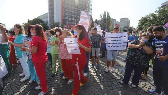 """Новото ръководство на """"Пирогов"""" е спряло протеста, но медиците излизат пред президентството"""