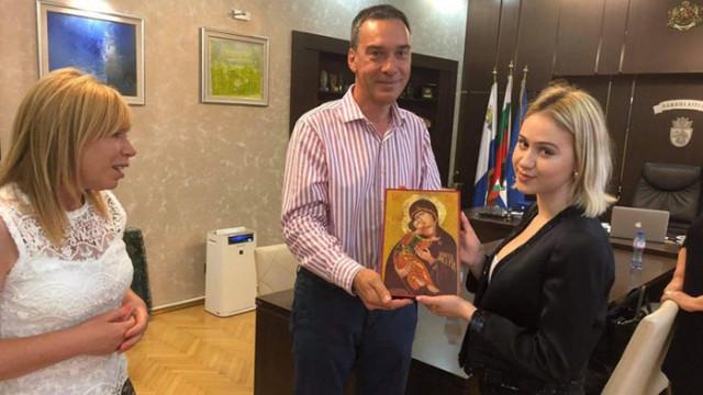 Мария Бакалова остана очарована от Бургас, получи подарък от кмета Димитър Николов