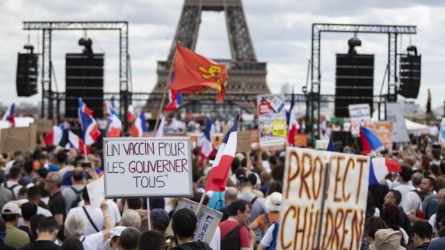 Във Франция протестират срещу задължителните сертификати