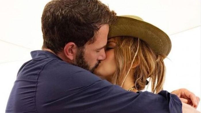 Официално: Дженифър Лопес и Бен Афлек в страстна целувка