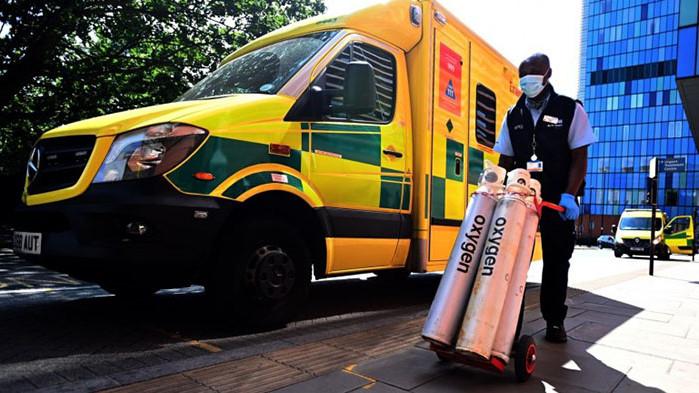 Наводнени болници в Лондон пренасочват пациенти