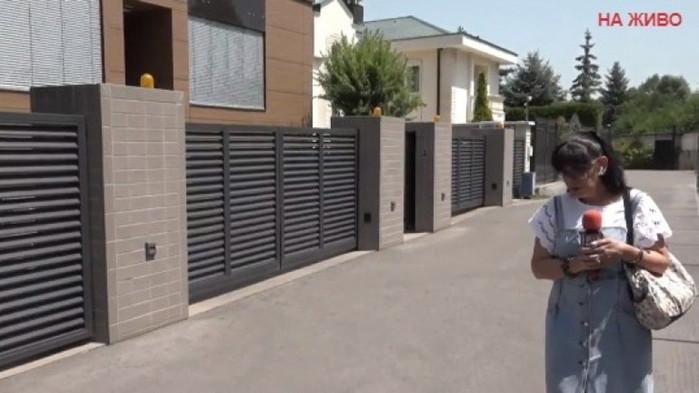 Ива Николова пред къщата на Трифонов: пита да не би да е отвлечен