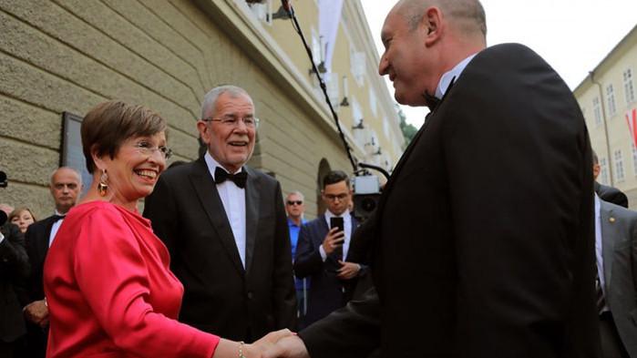 Румен Радев и съпругата му на опера в Залцбург (СНИМКИ)