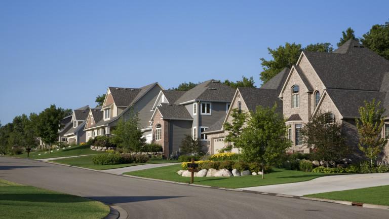 Продажбите на жилища в САЩ през юни паднаха до най-ниското си ниво от началото на пандемията