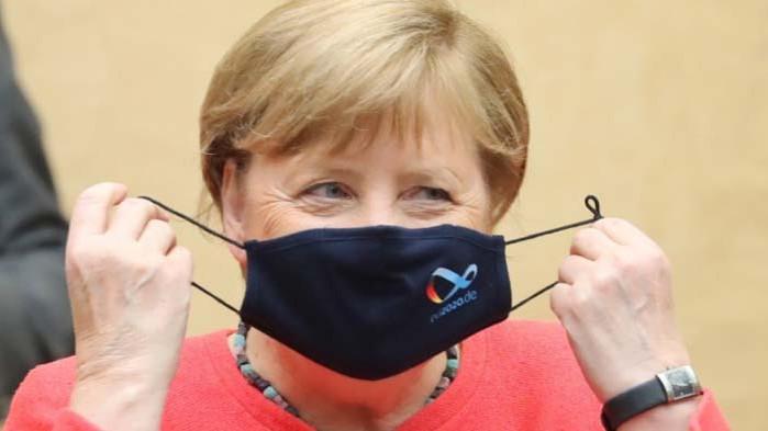 Меркел с маска за пръв път от началото на епидемията