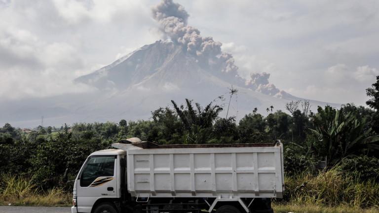 Изригва индонезийският вулкан Синабунг