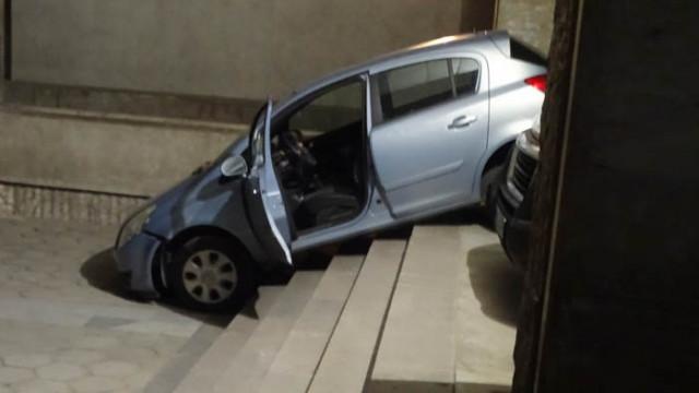 Жена заседна с колата си на стълбите пред поликлиниката в Благоевград