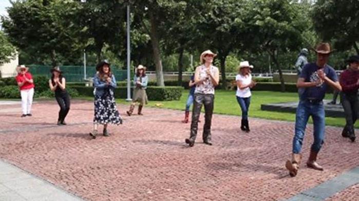 Посланик Мустафа танцува с каубойска шапка за 4 юли (ВИДЕО)