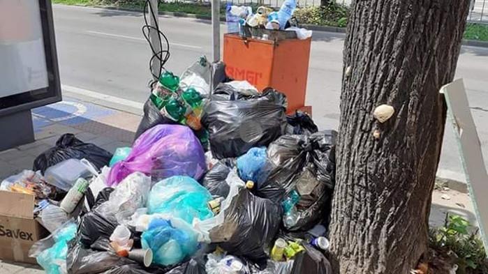 Граждани използват кошовете за боклук по спирките за контейнери за битови отпадъци