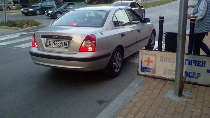 Наглото спиране на аварийни пред магазин в Аспарухово продължава