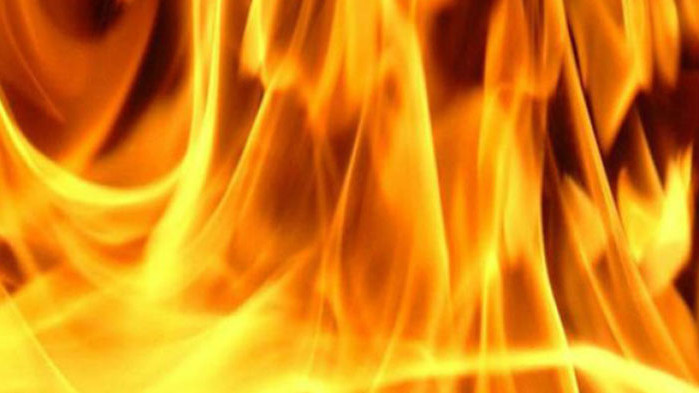 Пожарникари спасиха баща и син от горяща сграда в Търговище