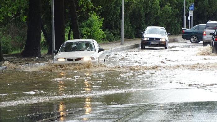 Извадиха двама самотни възрастни от Добрич от наводнените им домове