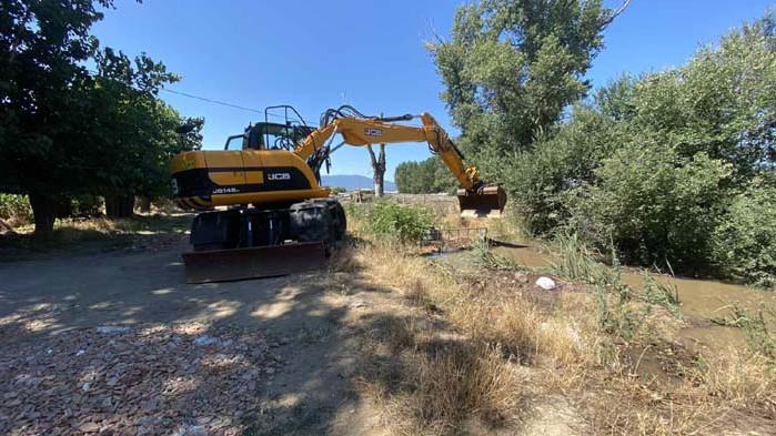Възстановяват скъсана дига на напоителен канал в Пазарджишко
