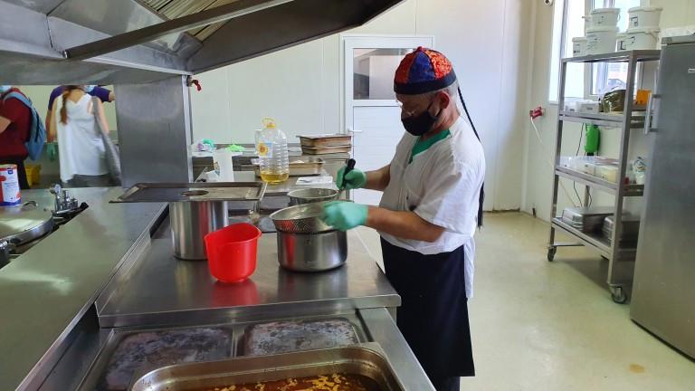 Доставчикът, набеден за развалени храни за болници, ще съди бившите си готвачки
