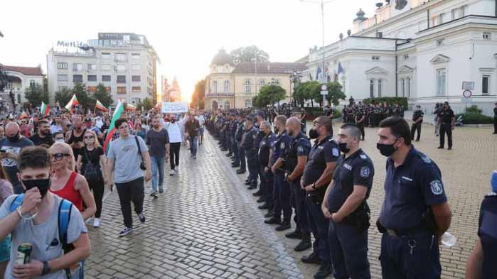 Трима ранени полицаи и 18 задържани след нощния протест