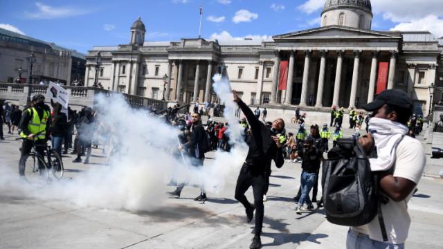 Протести срещу расовата дискриминация пред посолството на САЩ в Лондон