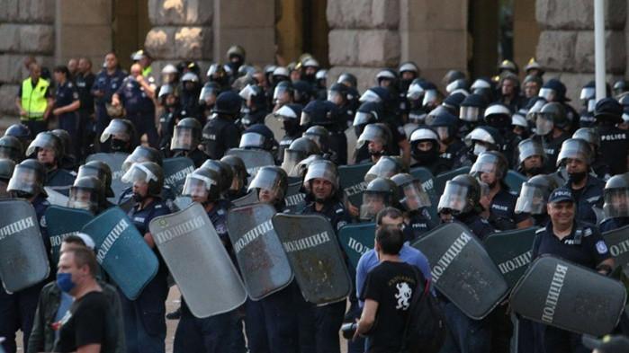 Младежът, посегнал на полицаи на протеста на Радев - внук на депутат от БСП