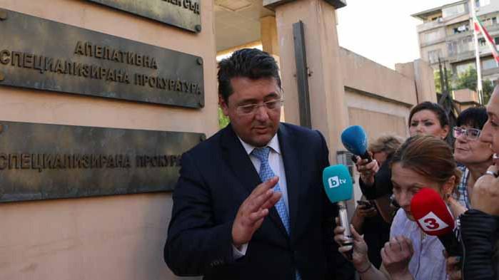 От кабинета на Узунов са иззети документи за български и чужди граждани
