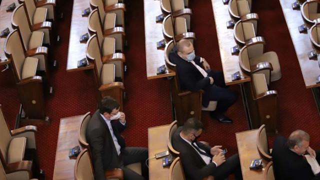 Парламентът обсъжда вота на недоверие на извънредно заседание в понеделник