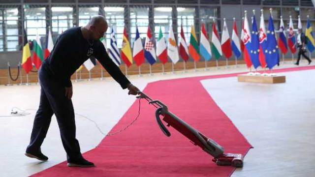 Безпрецедентни мерки на първата среща на върха на ЕС от февруари: Без потупване, целувки и ръкуване