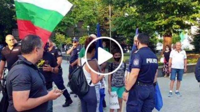 Срам! Партийни агитки срязаха европейското знаме в центъра на Варна!