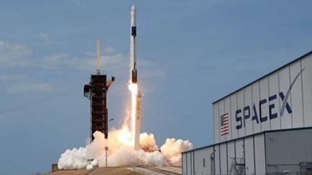 """Екипажът на """"Спейс Екс"""" се връща на Земята през август"""