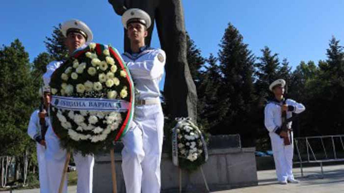 С венци и цветя бе почетена паметта на Никола Вапцаров