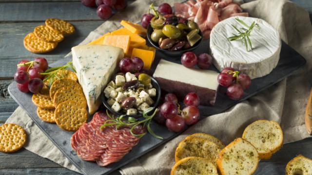 Дъска със сирена, колбаси, плодове за вино - как да я подредим по френски