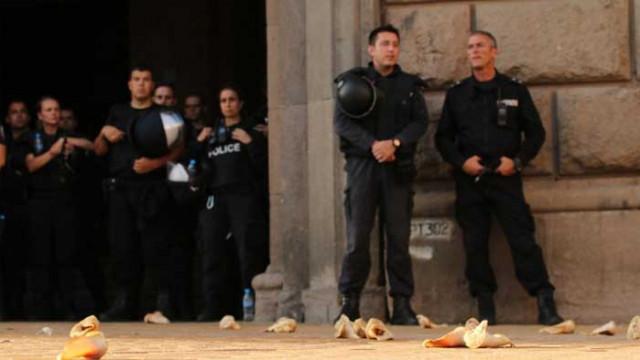 Протестът в неделя: Демонстранти отново мятаха деликатеси – този път свински уши