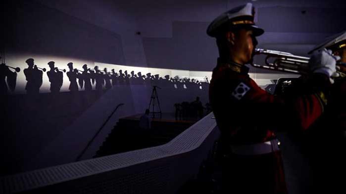 Двете Кореи отбелязаха годишнината от примирието поотделно (СНИМКИ)
