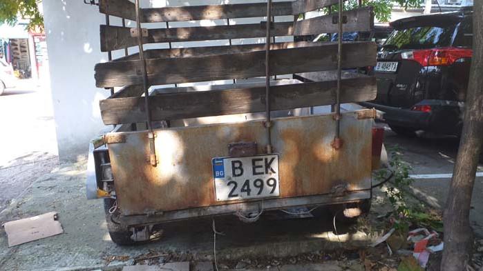 Неизползвано ремарке за кола се превърна в контейнер за отпадъци на Кооперативния пазар във Варна